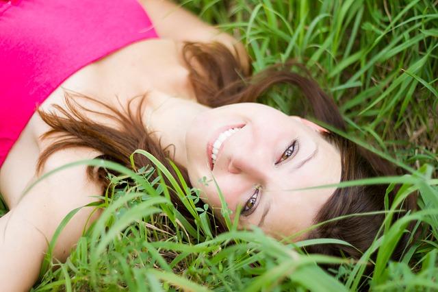 bruneta v trávě
