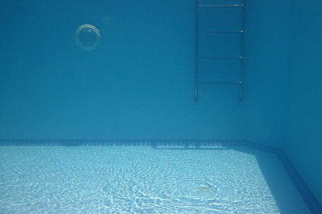 žebřík v bazénu.jpg