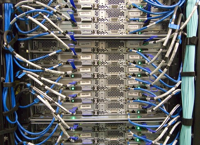 server s odkrytými vypínači